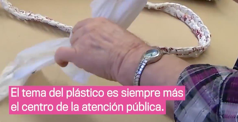 Abuelitas tejen mantas para los indigentes con bolsas de plástico