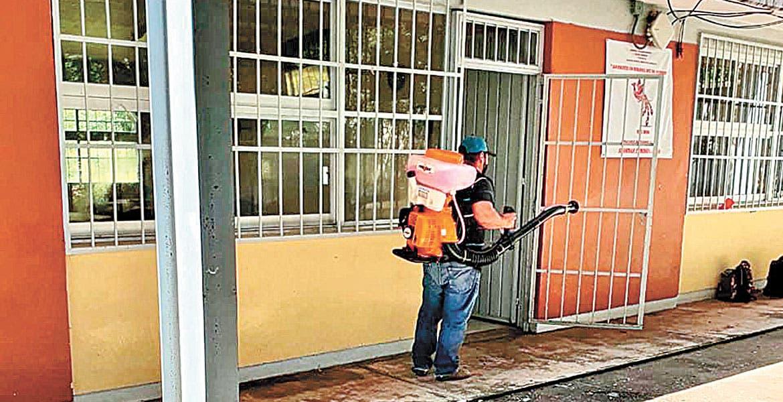Desinfectan escuelas de la zona sur de Morelos