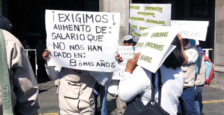 Protesta. El grupo prolongó la manifestación un par de horas, en demanda de audiencia y después llevó su queja al Congreso estatal.