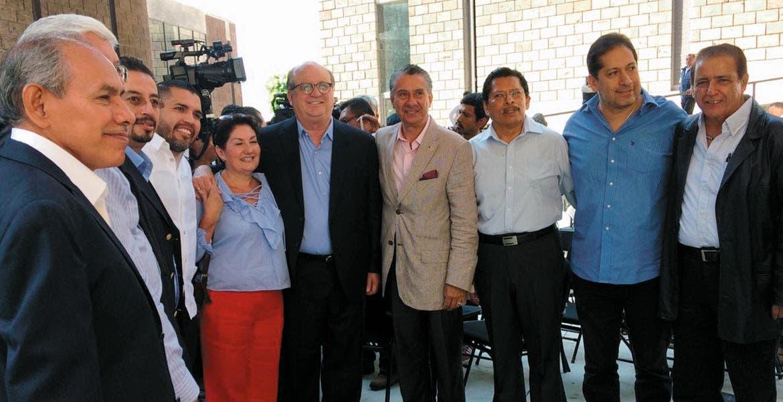 Evento. El Gobernador Graco Ramírez, acompañado por integrantes de la Cámara Mexicana de la Industria de la Construcción (CMIC) delegación Morelos, durante la presentación de la página que tiene información detallada de obras realizadas