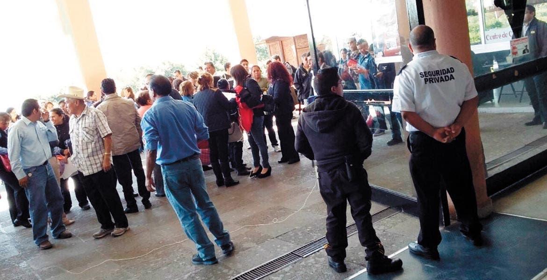 Vigilancia. Personal de seguridad privada impidió el paso a cualquier pesona, una vez decretada la huelga.