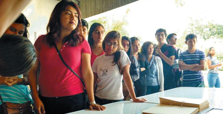 Inscripción. Ayer varios estudiantes realizaron largas filas en Casa de Gobierno de Yautepec para apuntarse al 'Transporte universitario gratuito'.