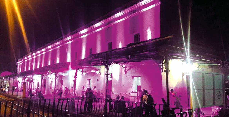 Mes rosa. En alusión a la lucha contra el cáncer de mama, la Estación del Tren Escénico de Cuautla fue iluminada de color rosa.