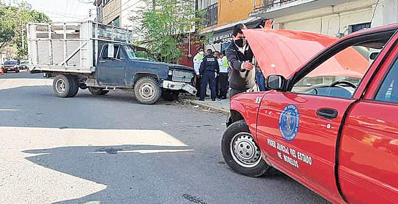 Se queda sin frenos y choca contra coche del TSJ en Jojutla