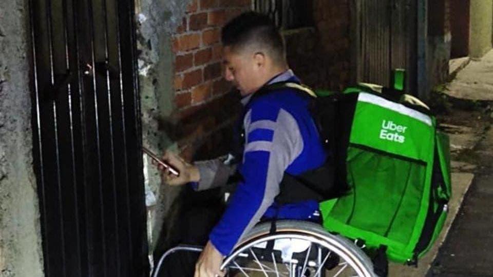 Repartidor de comida en silla de ruedasse vuelve viral