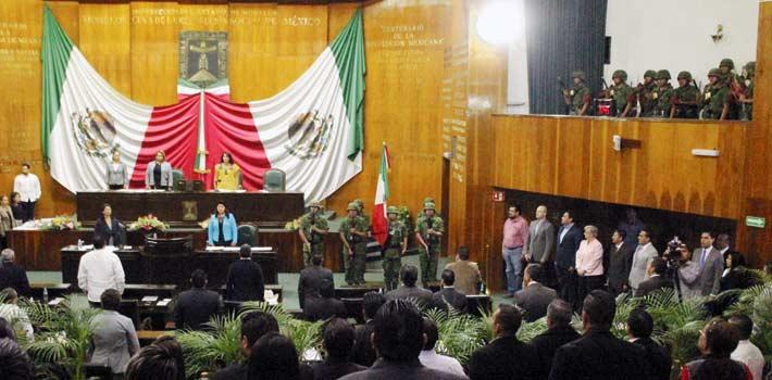 Comienzo. A las 10:34 horas, con 29 diputados inició la sesión solemne de apertura de los trabajos legislativos. La magistrada María del Carmen Cuevas, y Matías Quiroz, secretario de Gobierno, asistieron como representantes de los poderes Judicial y Ejecutivo.