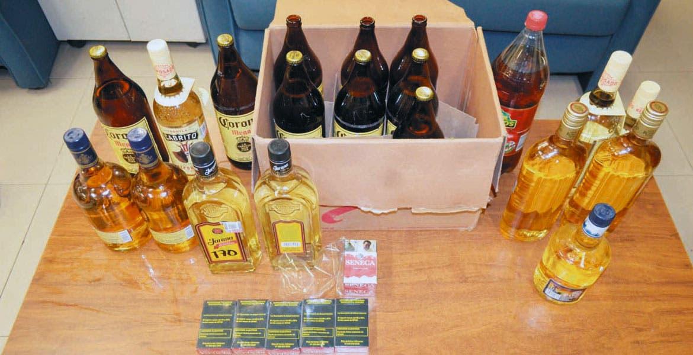 Decomisan. Cervezas, tequila, cigarros y un refresco, les fueron asegurados a dos sujetos detenidos tras meterse a robar a una tienda en la colonia Santa Clara, de Temixco.