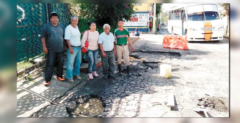 Trabajos. Vecinos, acompañados por el ayudante municipal, se organizaron para reparar las calles del lugar, pues aseguran que la autoridad de Cuernavaca los ignoró.