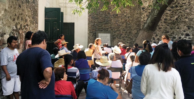 Reunión. José Antonio Urueña, de Atención a Migrantes de la Sedeso, se reunió con familiares interesados para visitar el vecino país para reunirse con sus hijos
