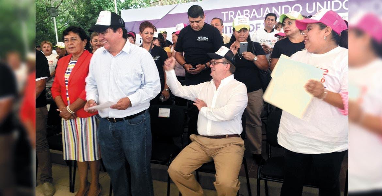 Ofrece. El Gobernador Graco Ramírez ofreció a los vecinos de Jiutepec visitas programadas al C-5 para que conozcan lo que se hace desde ahí en materia de seguridad. Con él, el alcalde José Manuel Agüero