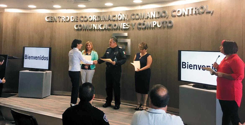 Reconocimiento. El titular de la Comisión Estatal de Seguridad Pública, Alberto Capella Ibarra, entregó constancias del Curso Permanente de Introducción a la Perspectiva de Género en el Servicio Público 2017.