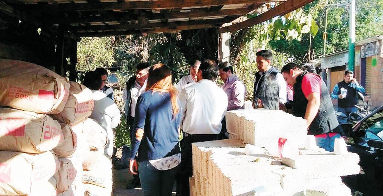 Recorrido. Autoridades municipales constataron los avances que se llevan en la rehabilitación de las viviendas de las 7 familias afectadas por un incendio en los ejidos de Acapantzingo.