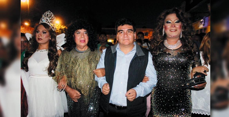 Principal. Encabeza alcalde José Manuel Agüero la procesión para enterrar al mal humor, acompañado de las 'viudas'.