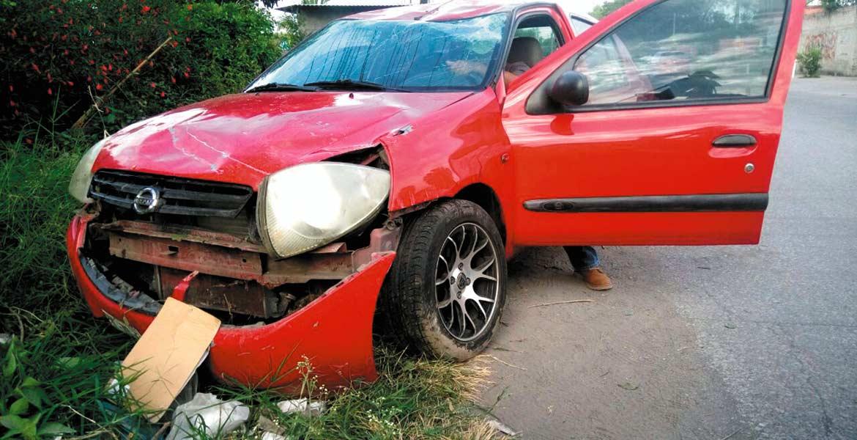 El accidente. Un hombre salió golpeado al volcar su auto tras ser impactado por una camioneta guiada a exceso de velocidad.
