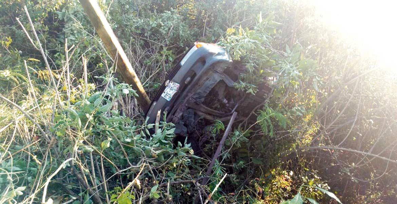 Un hombre resultó con algunos golpes en el cuerpo al salirse del camino y volcar su auto Nissan-Tsuru en una barranca, luego de que perdiera el control cuando circulaba por la carretera federal Cuernavaca–Tepoztlán, a la altura del poblado de San Andrés de la Cal, en Tepoztlán.