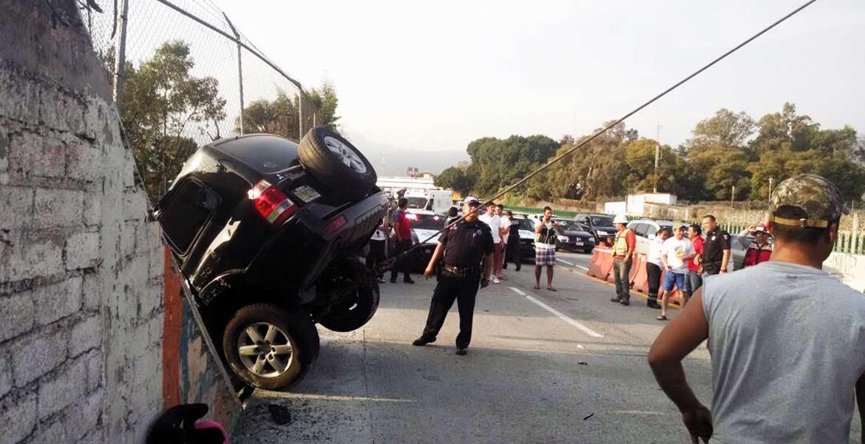 Accidente. Tres personas resultaron lesionadas al volcar la camioneta en donde viajaban, tras chocar contra una barda que delimita el Paso Express.