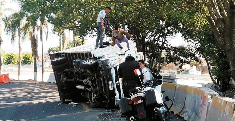 Accidente. Un joven resultó lesionado al volcar el camión cargado con carne que manejaba, luego de que perdiera el control en una curva en la autopista México-Cuernavaca, a la altura del entronque hacia Buena Vista, a unos metros de la Paloma de la Paz.