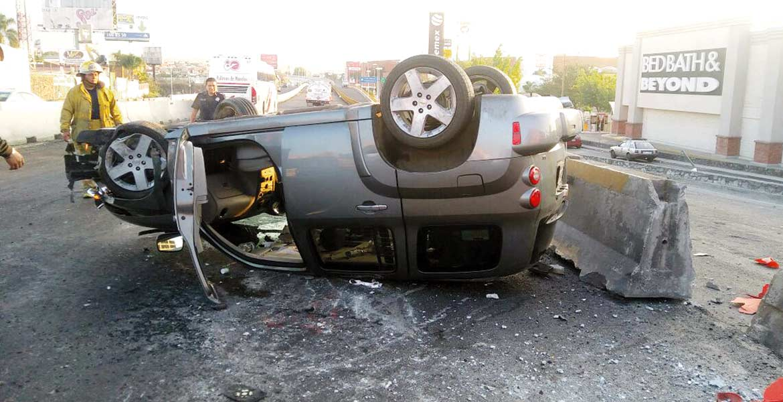 Accidente. Una mujer resultó lesionada al chocar contra el muro de contención y volcar en el Paso Express, al evitar impactar un auto.