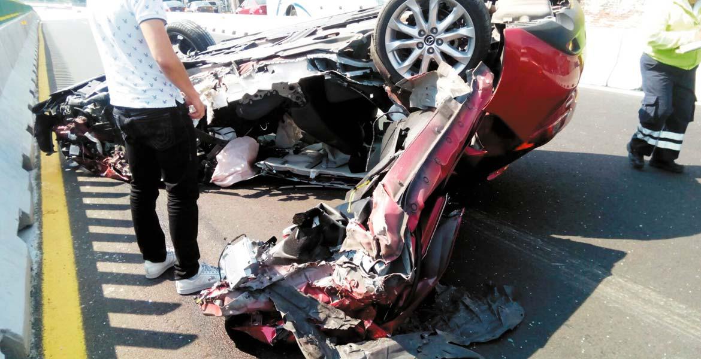 Accidente. Un sujeto quedó lesionado al destrozar su auto, tras chocar contra el muro de contención y volcar, cuando circulaba por el Paso Express, a la altura del poblado de Chamilpa, en Cuernavaca