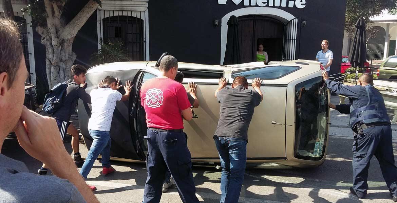 Percance. Así quedó el Pointer tras ser impactado por una camioneta y proyectado, luego de que el conductor no cediera el paso en las calles Alta Tensión y Díaz Ordaz.