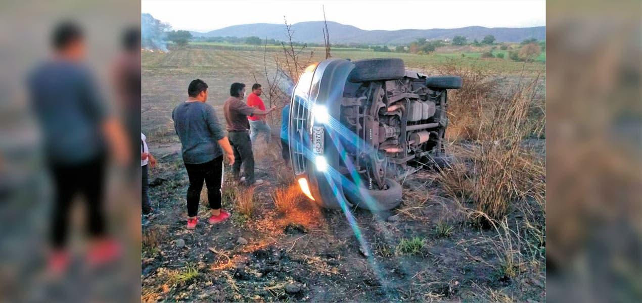 En Tlaltizapán ebrio vuelca su camioneta