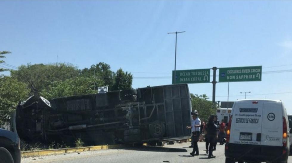 Vuelca autobús con 18 turistas franceses entre Cancún y Puerto Morelos
