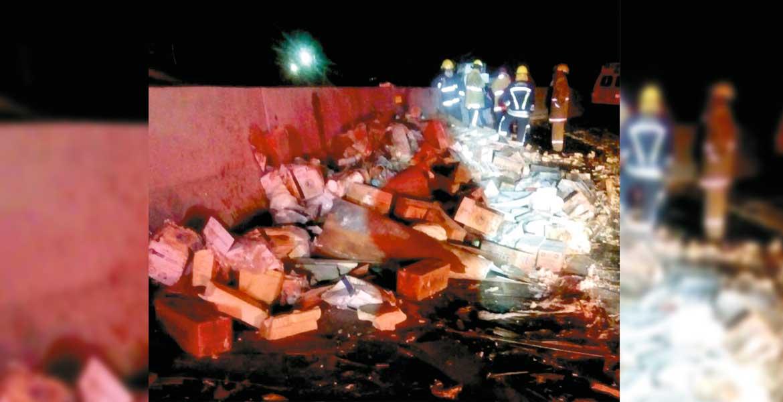 Accidente. Toneladas de litros de leche y otros productos lácteos quedaron esparcidos sobre la autopista México-Cuernavaca, a la altura de la salida a Buena Vista.