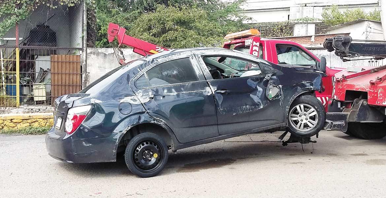 El saldo. Una pareja y sus tres hijos resultaron lesionados al chocar y volcar su auto en el distribuidor vial Palmira, en Cuernavaca.