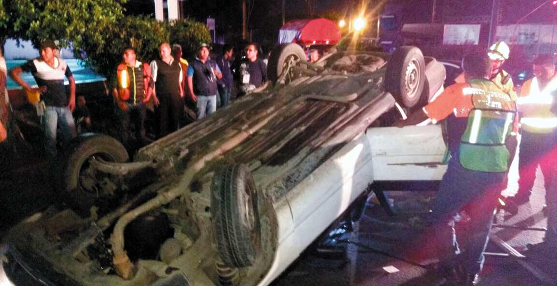 El percance. Una joven resultó lesionada al volcar el auto en donde viajaba con un amigo, quien perdió el control de su coche presuntamente debido al estado etílico en que se encontraba, cuando circulaba por bulevar Cuauhnáhuac, a la altura de Civac.