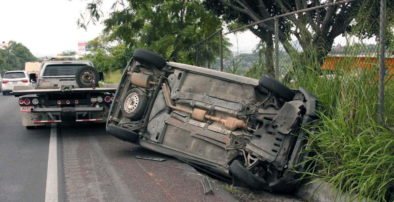 Accidente. Así quedó la camioneta tras volcar en la autopista México-Acapulco.