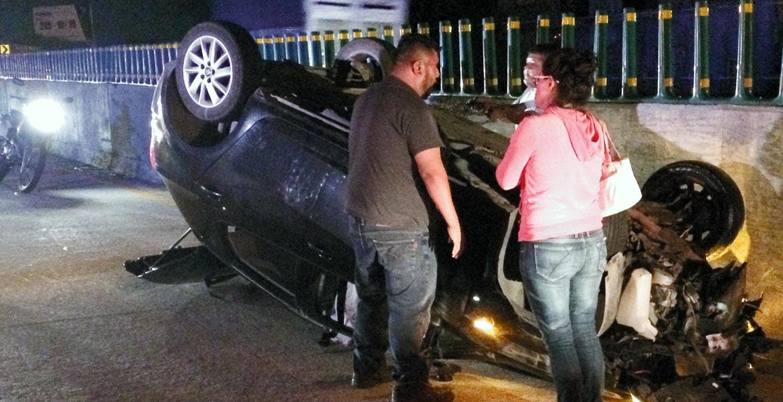 Percance. Así quedó un auto, luego de que presuntamente fuera impactado por un tráiler en la autopista México-Acapulco.