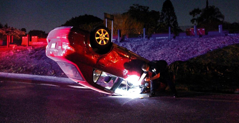 Accidente. Así quedó un coche, luego de que el conductor perdiera el control por ebrio.