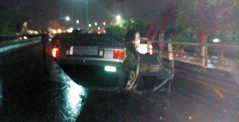Accidente. Gumaro resultó lesionado al chocar y volcar su auto, debido al exceso de velocidad con que circulaba por bulevar Cuauhnáhuac.