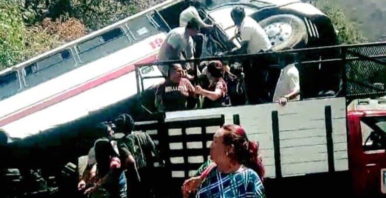 Viven pasajeros pánico por volcadura de ruta en Cañón de Lobos