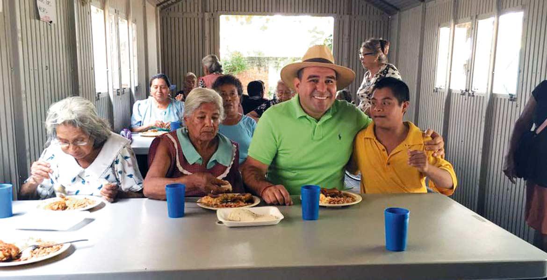 Recorrido. El mediodía de ayer, el alcalde Agustín Alonso recorrió los comedores comunitarios y convivió con los usuarios; los espacios forman parte del programa que inició en el DIF municipal, del que fue titular.
