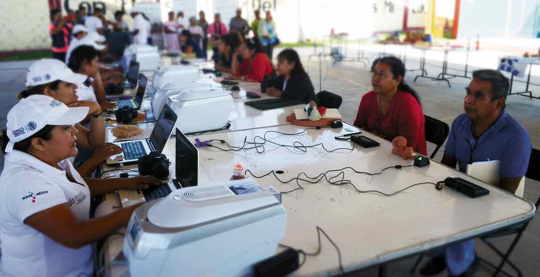 Tarea. Personal de Sedesol apoya el registro de artesanos en Yautepec, quienes podrán obtener recursos para elaborar productos y generar ingreso para su familia.