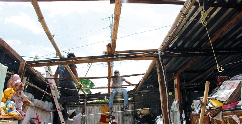 Daños. Sin techo se quedaron algunas viviendas por las fuertes lluvias de los últimos días. El Ayuntamiento proporcionó láminas para reponerlos.