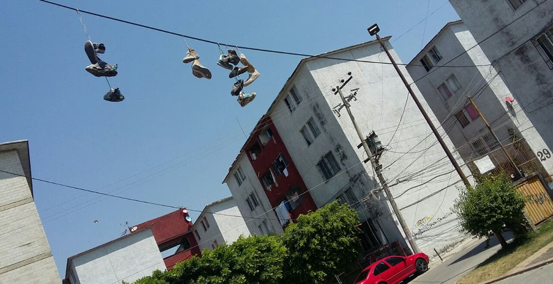 Qu significan los zapatos colgados en los cables for Zapateros colgados