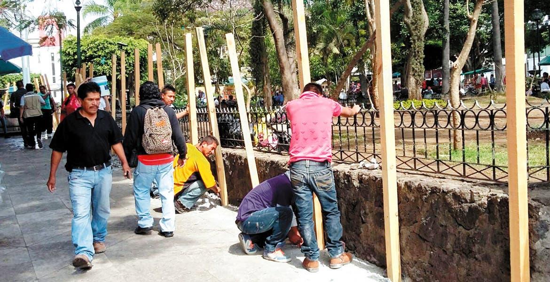 Argumentando vencimiento de permisos, autoridades municipales se oponen a la remodelación de la Plaza de Armas, cuyos trabajos ya iniciaron