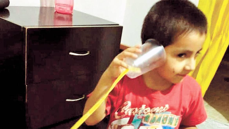 Práctica. Los menores utilizaron artículos como vasos de plástico y estambre, para crear sus propios teléfonos y ponerlos a prueba.