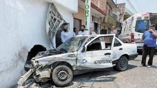Destrozan taxi y sale lesionado ruletero en Temixco 2