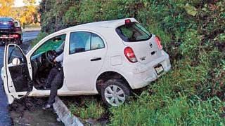 Acaba auto sobre un montículo de tierra, tras salirse del camino en Huitzilac 2