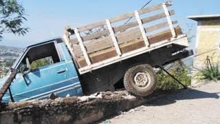 Queda camioneta a punto de caer sobre casa en Temixco 2