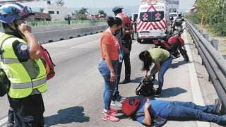 'Vuela' mujer de moto en Paso Express 2