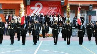 Ceremonia. Autoridades educativas y funcionarios presentes en los honores a la Bandera, con la participación de las escoltas militarizadas.