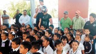 Atentos. En esta ocasión, les tocó visita a los alumnos de un kínder, a los cuales enseñaron a denunciar bullying y abuso sexual