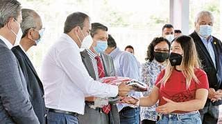 Alienta Cuauhtémoc Blanco a estudiantes de Upemor; también les entrega uniformes 2