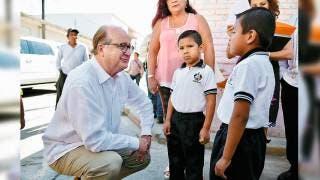 Convivencia. Graco Ramírez conversó con niños de una primaria.