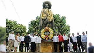 Rinden homenaje al pie de la estatua donde yacen los restos del general revolucionario