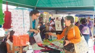 Asistencia. Decenas de personas acudieron al Mercado Verde realizado en el parque Chapultepec, para comprar productos autosustentables.